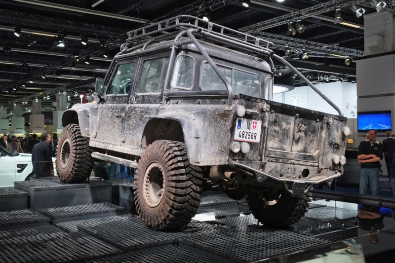 Land Rover Defender вид сзади