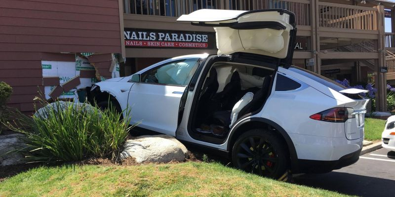 Автомобили Tesla сходят с ума