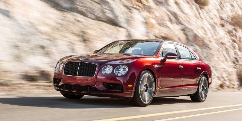 Седан от Bentley разогнали до 300 км/час