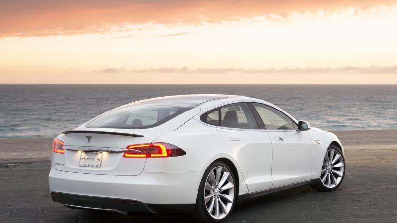 Вид сзади Tesla Model S