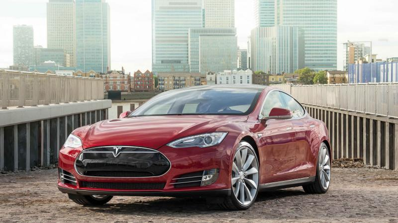 Вид спереди Tesla Model S