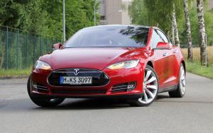 Вид спереди Тесла Модель S