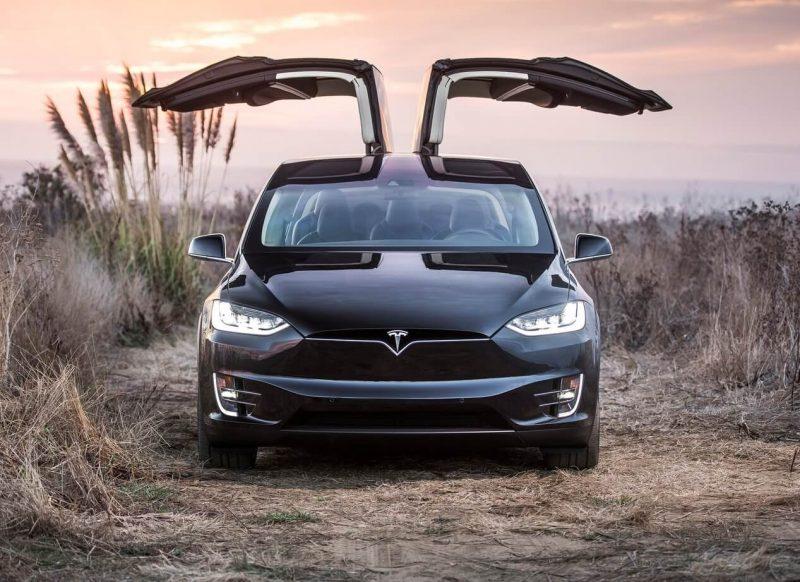 Вид спереди Tesla Model X