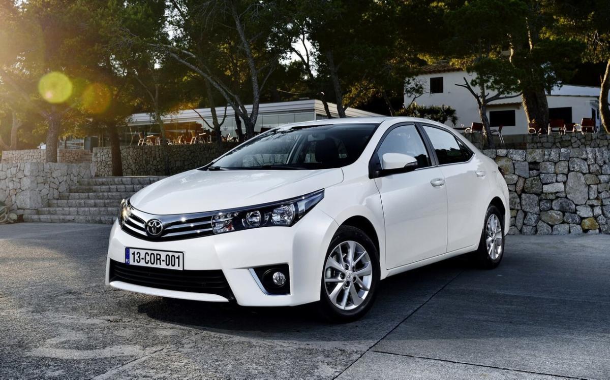 Вид спереди Toyota Corolla