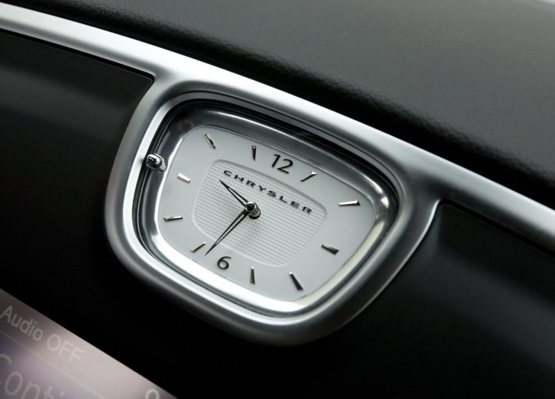 Автомобиль Chrysler 300C II