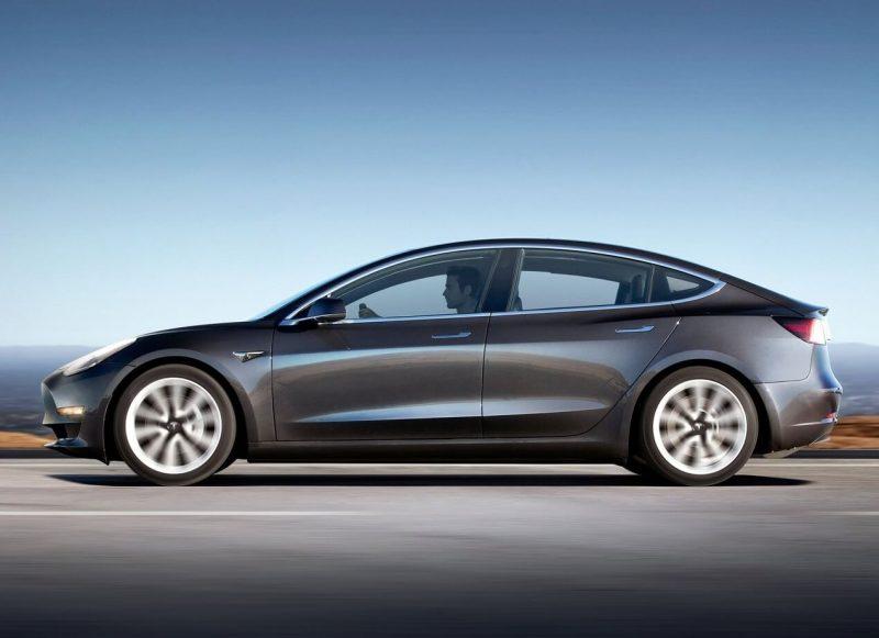 Tesla Model 3 вид сбоку