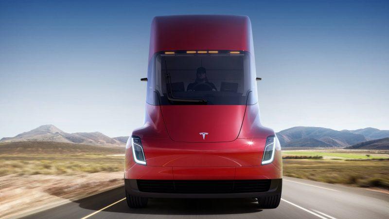 Вид спереди Tesla Semi