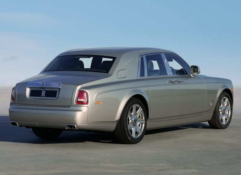 Rolls-Royce Phantom VII вид сзади