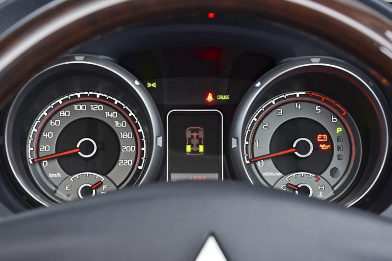 Панель приборов Mitsubishi Pajero 4