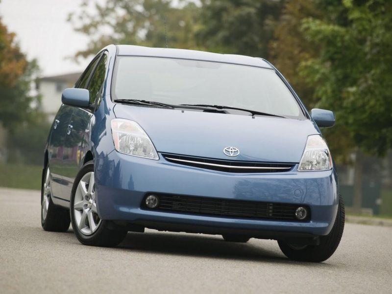 Вид спереди Toyota Prius II