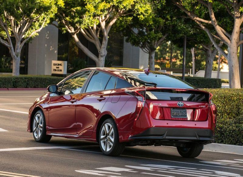 Toyota Prius 4 вид сзади