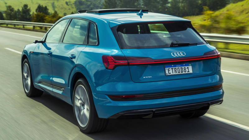 Audi e-tron вид сзади