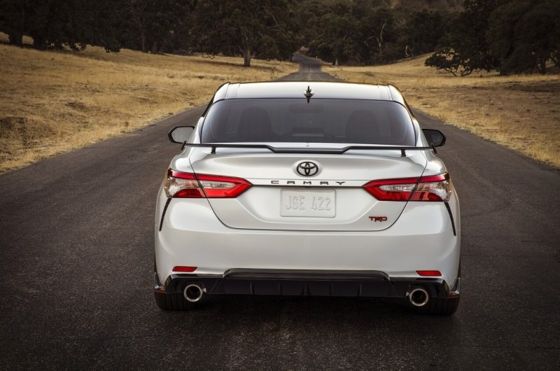 Вид сзади Toyota Camry TRD
