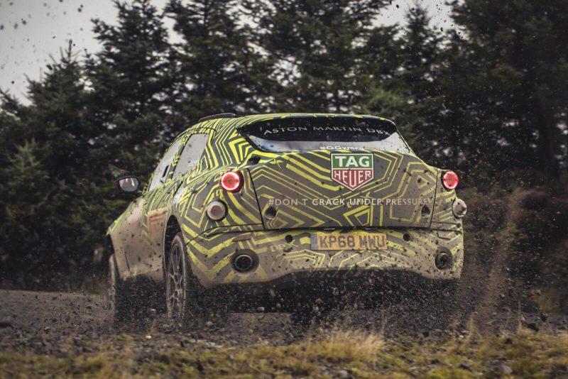 Вид сзади Aston Martin DBX