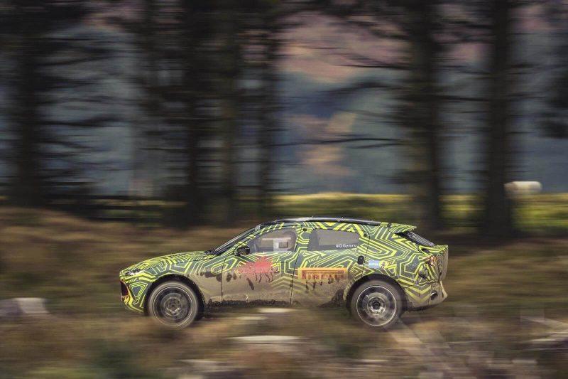 Вид сбоку Aston Martin DBX