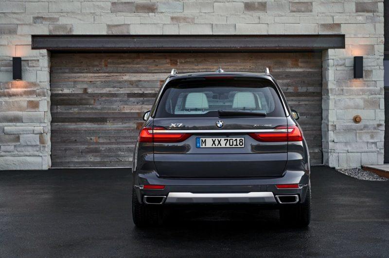 BMW X7 вид сзади
