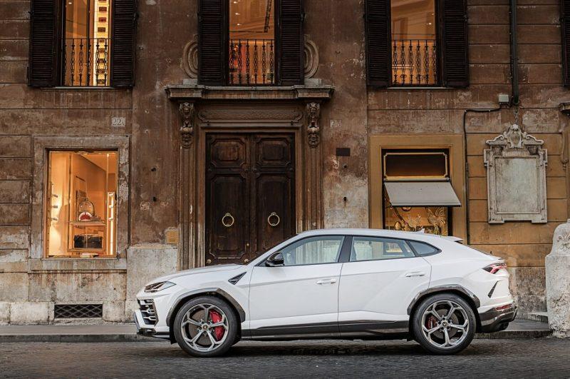 Lamborghini Urus вид сбоку
