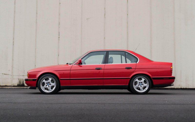 BMW M5 вид сбоку
