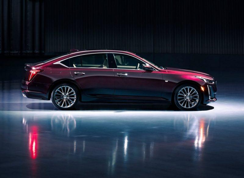 Cadillac CT5 вид сбоку