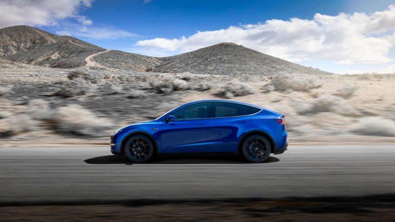 Вид сбоку Tesla Model Y