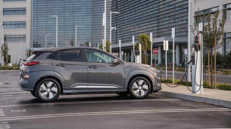 Вид сбоку Hyundai Kona Electric
