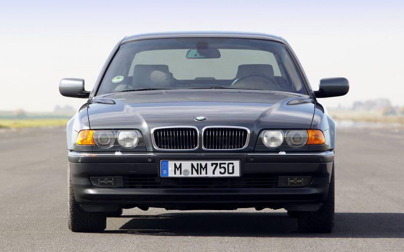 Вид спереди BMW 7 Series (E38)