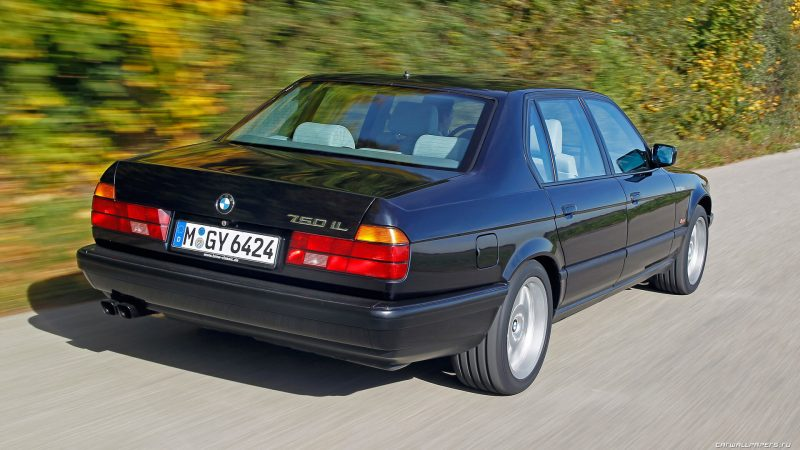 Вид сзади BMW 7-Series e32