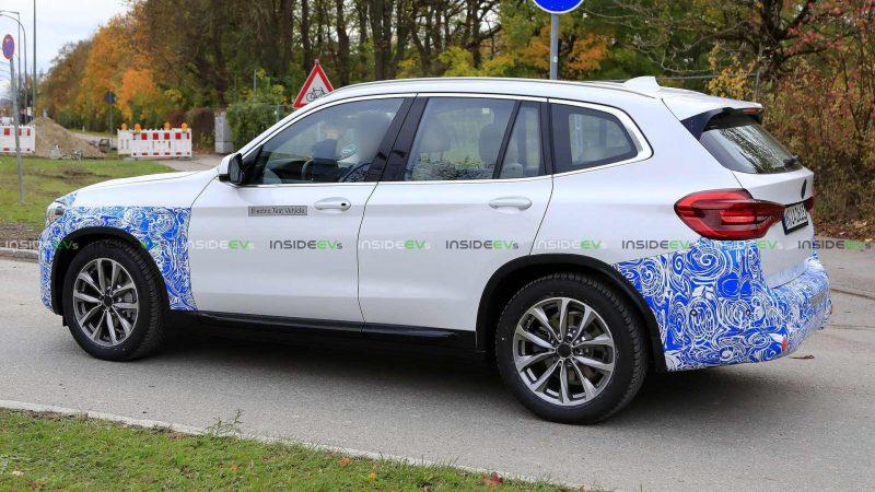 Вид сбоку BMW iX3