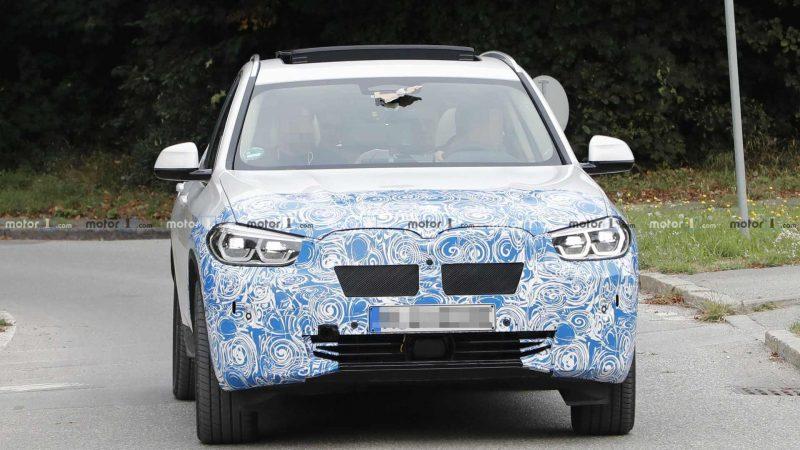 Вид спереди BMW iX3