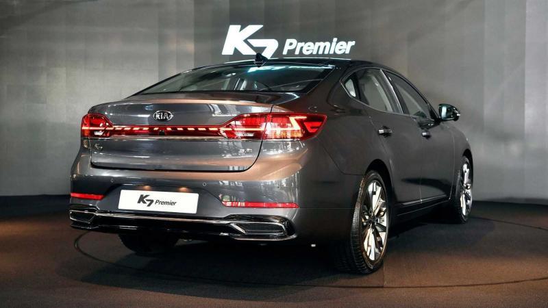 Вид сзади Kia К7 Premier