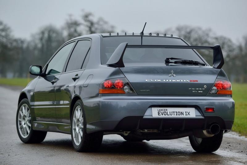 Mitsubishi Lancer Evolution вид сзади