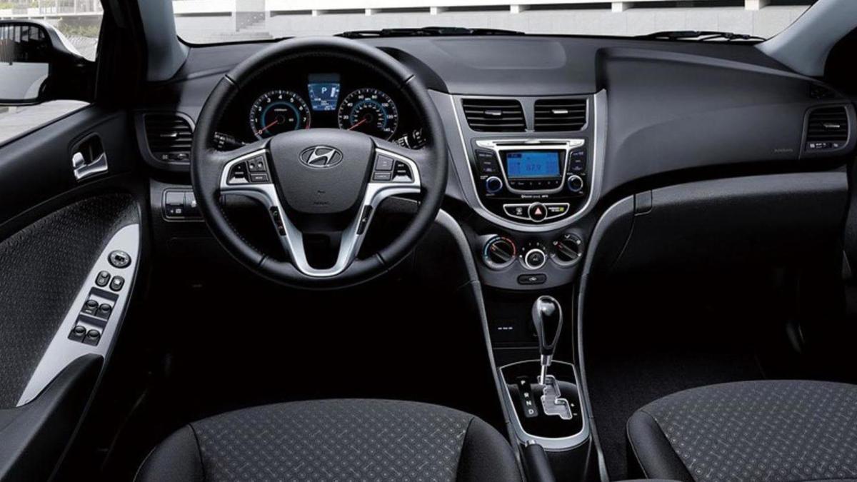 Салон Hyundai Accent IV поколения