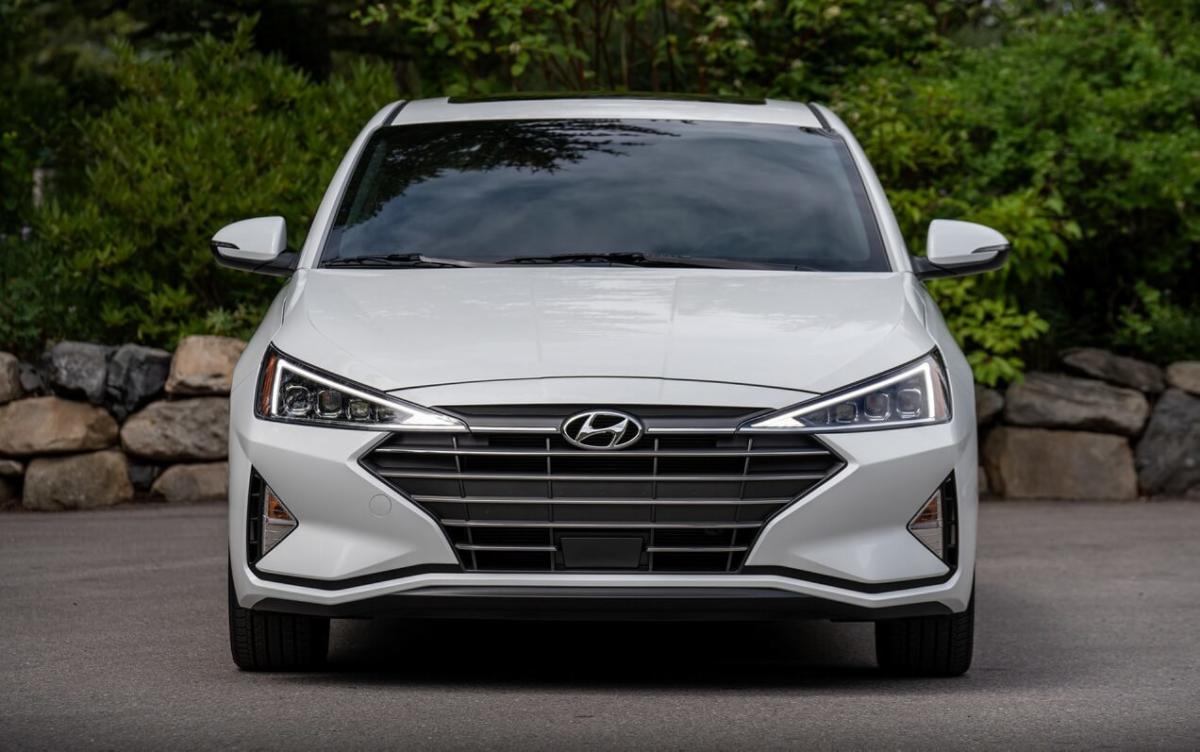 Hyundai Elantra вид спереди