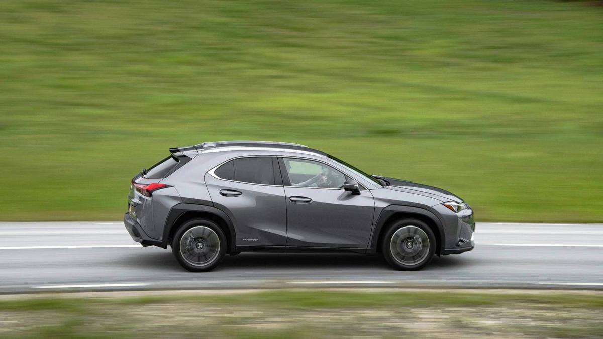 Вид сбоку Lexus UX
