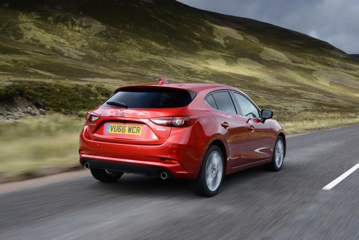 Mazda 3 вид сзади
