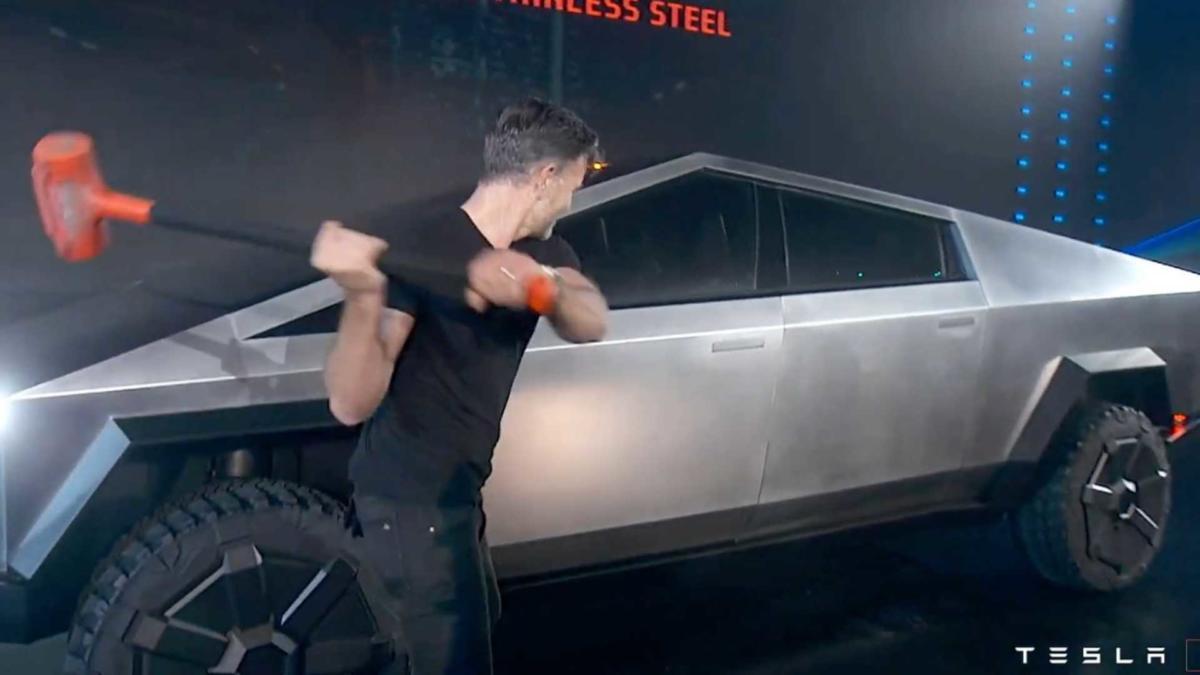 Удар кувалдой Tesla Cybertruck