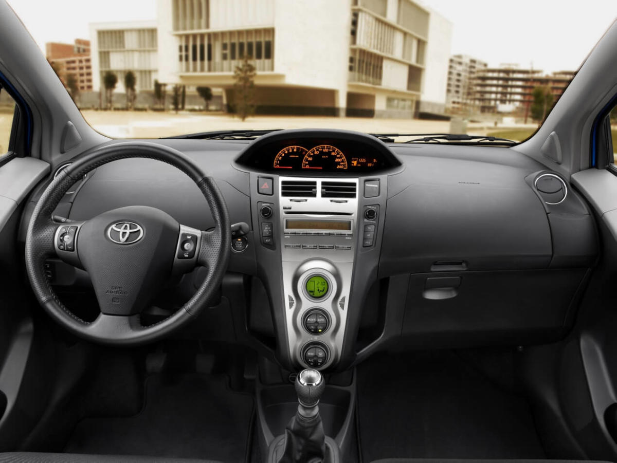 Интерьер Toyota Yaris (XP90)