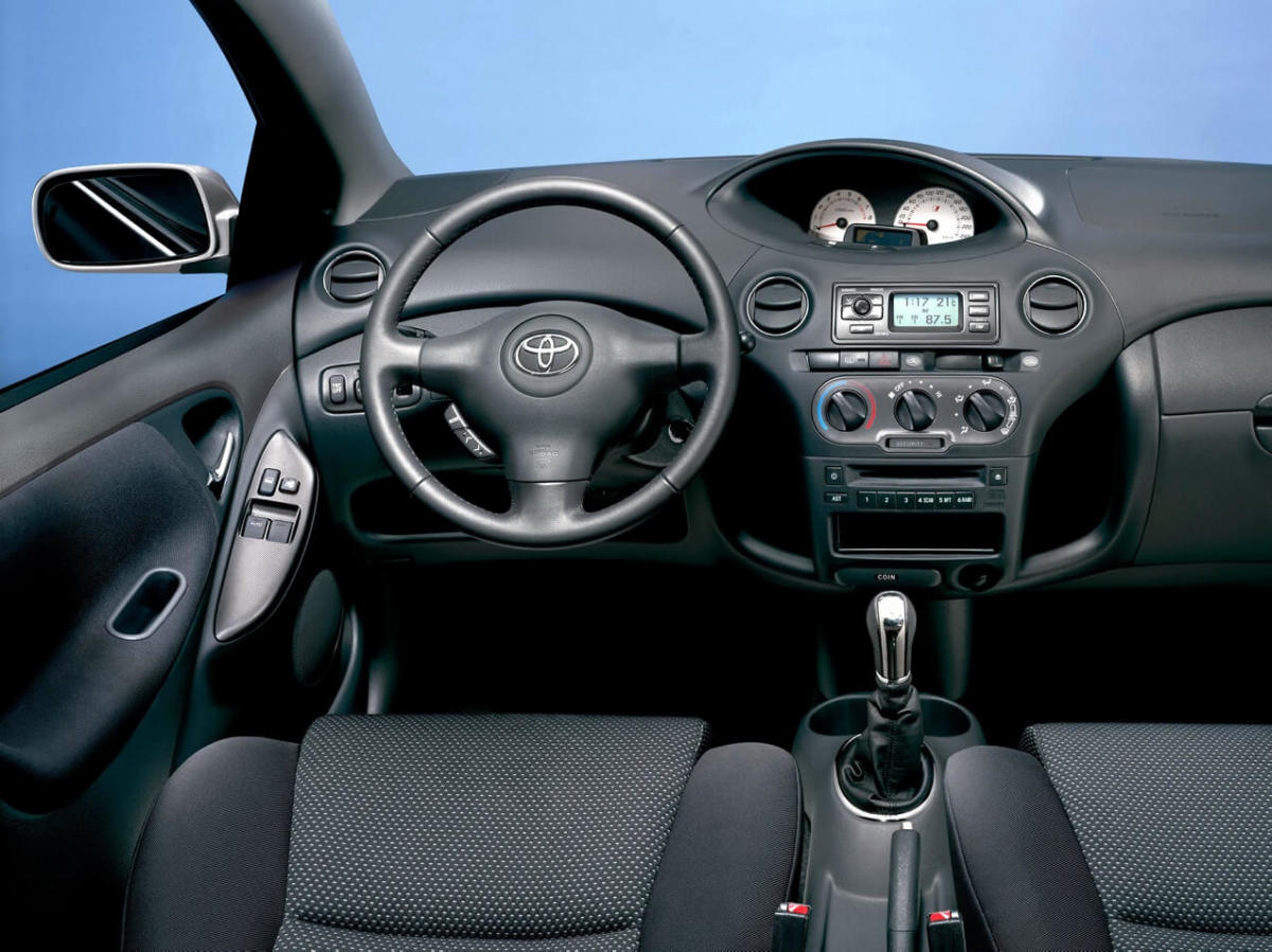 Салон Toyota Yaris (XP10)