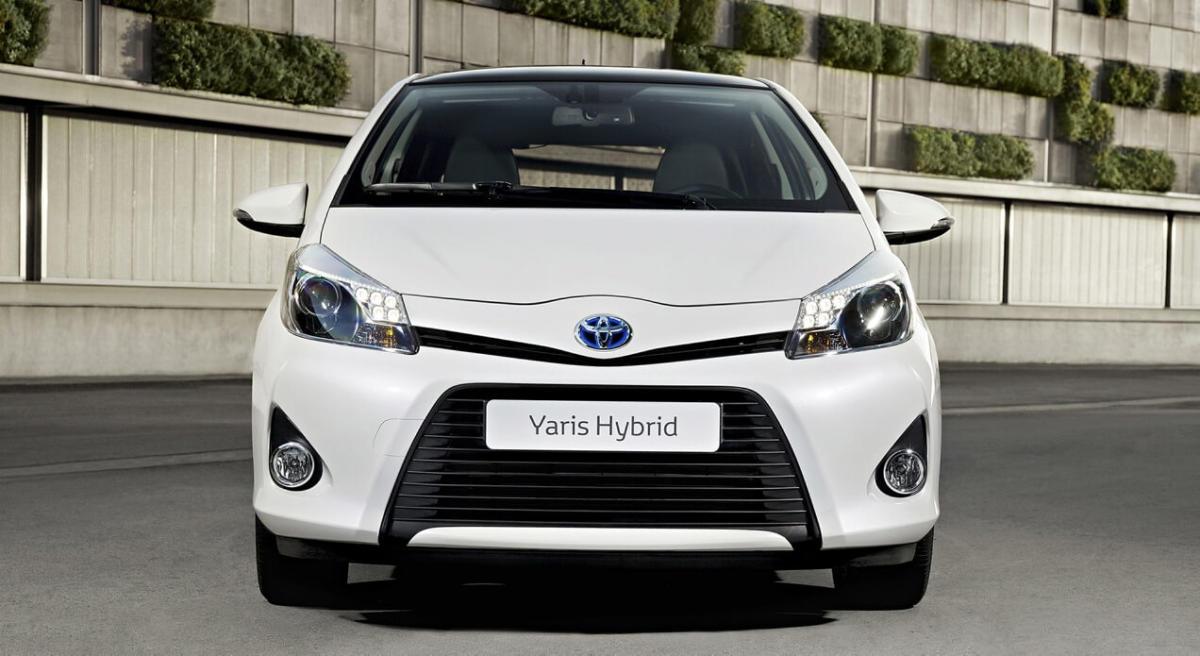 Вид спереди Toyota Yaris Hybrid
