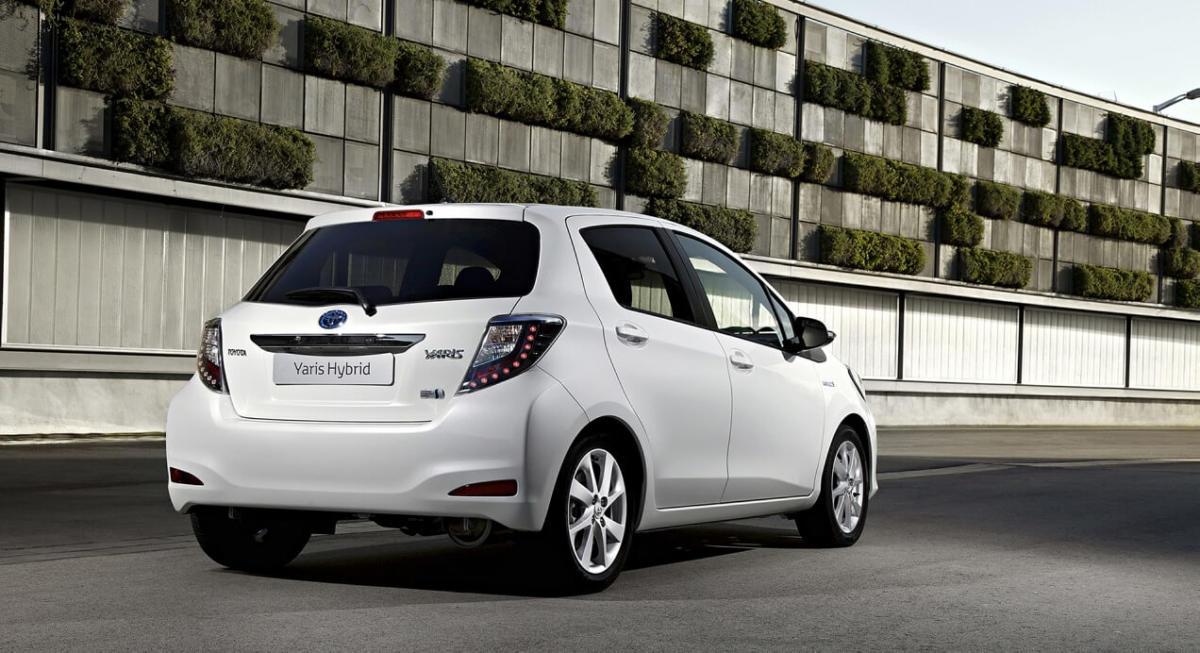 Вид сзади Toyota Yaris Hybrid