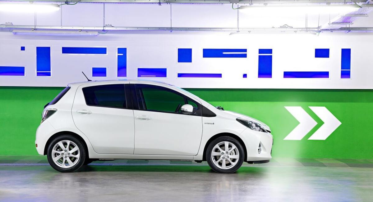 Вид сбоку Toyota Yaris Hybrid