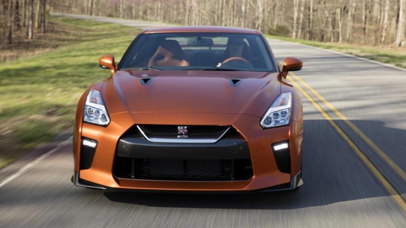 Вид спереди Nissan GT-R