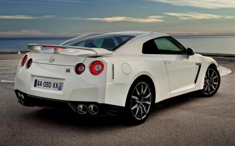 Вид сзади Nissan GT-R Black Edition