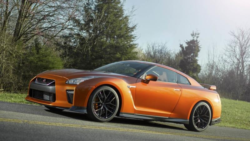 Вид сбоку Nissan GT-R