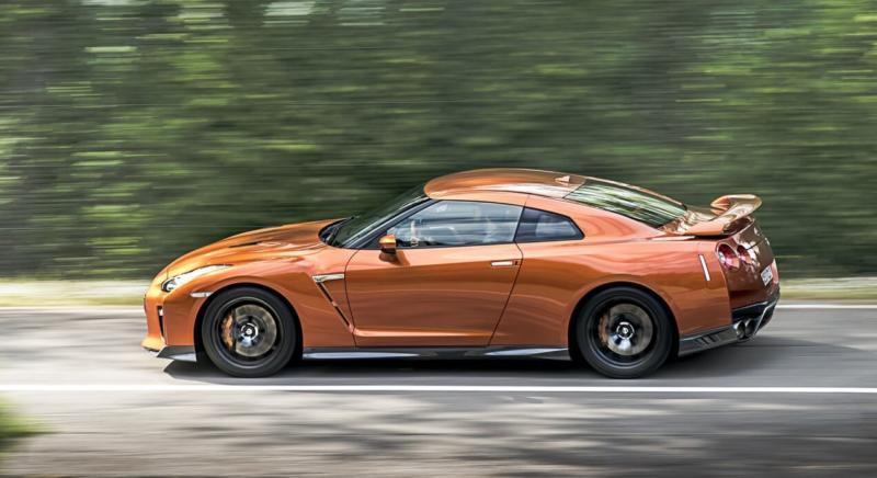 Nissan GT-R вид сбоку