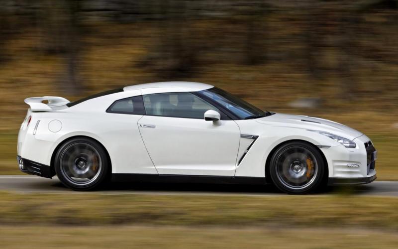 Вид сбоку Nissan GT-R Black Edition