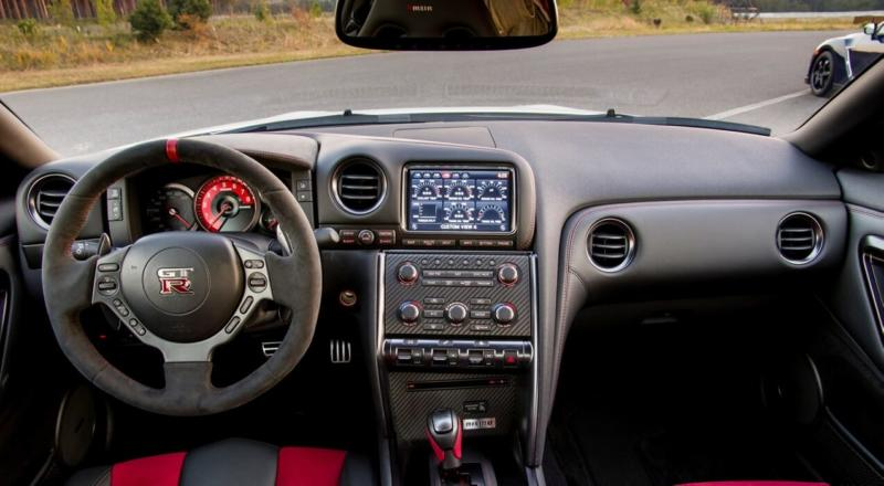 Фото салона Nissan GT-R