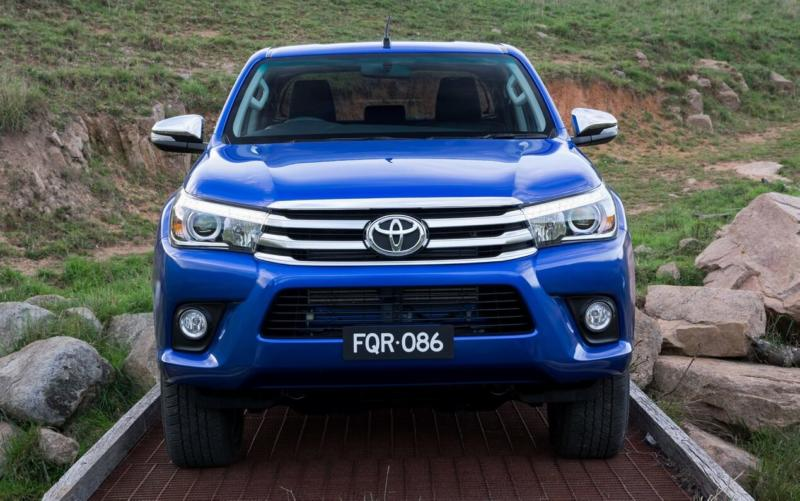 Вид спереди Toyota Hilux