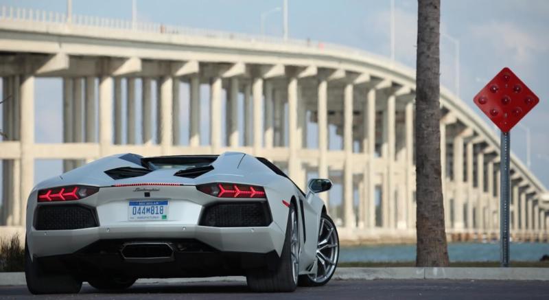 Вид сзади Lamborghini Aventador LP 700‑4