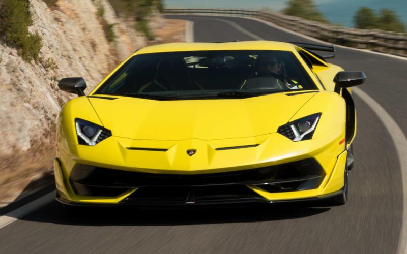 Вид спереди Lamborghini Aventador SVJ
